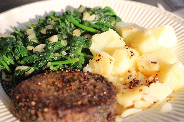 glutenvrije spinazie met aardappelen en peperburger